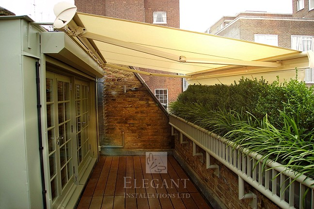 Made to measure awning adding privacy to a roof terrace